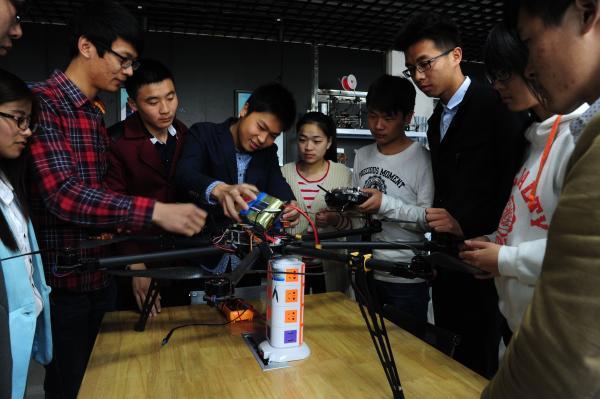 学生科研兴趣小组在研究调试飞行器