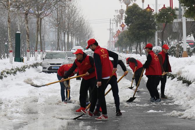 我校组织义务扫雪活动